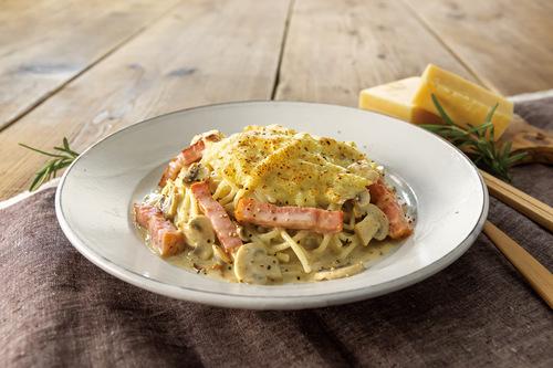 スモークした北海道モッツァレラチーズのバジルトマトパスタ